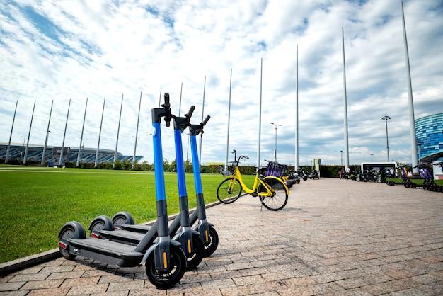Location de transport électrique dans le parc pour une promenade parking pour trottinettes électriques