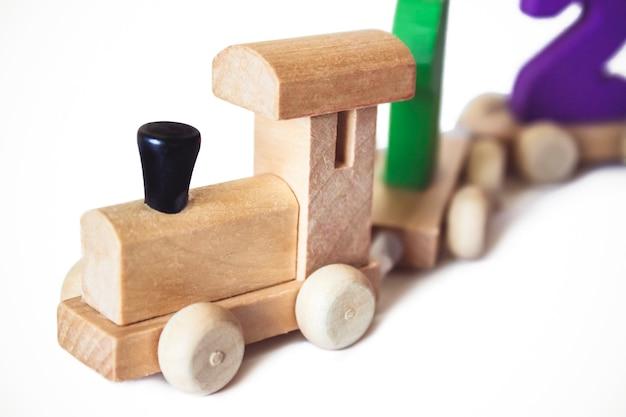 Locomotive en bois jouet pour enfants avec chiffres colorés, beau jouet éducatif pour enfant. train jouet en bois. jouets éducatifs en bois.