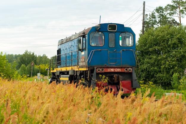 Locomotive de manœuvre tgm6 sur une ligne de chemin de fer entre la forêt et le champ