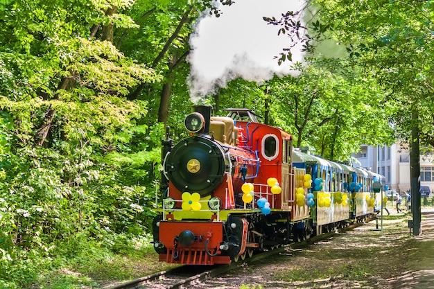 Locomotive à vapeur sur le chemin de fer des enfants de kiev, ukraine (écartement de 750 mm (2 pi 5 1/2 po))