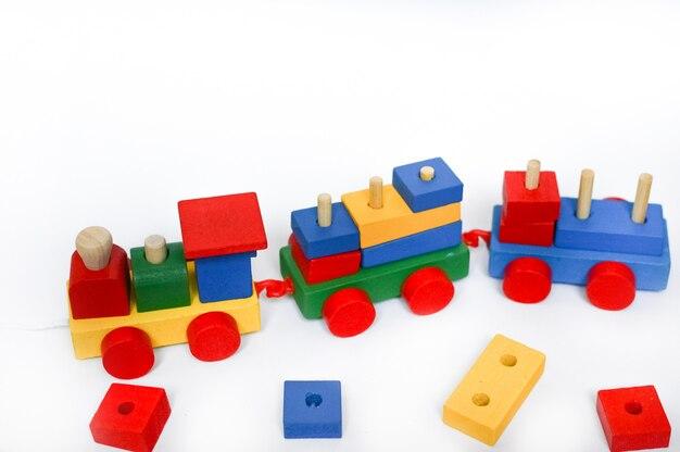 Locomotive à vapeur colorée sur fond blanc place for text. fond de jouets pour enfants.
