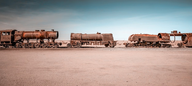 Locomotives à vapeur rouillées en bolivie