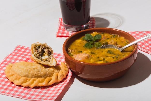 Locro et empanadas typiques de la nourriture argentine.