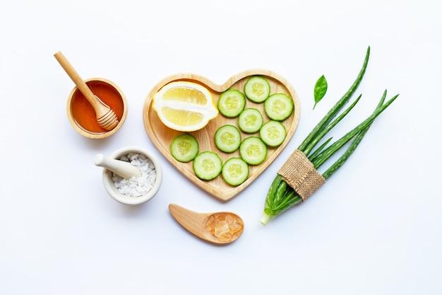 Loe vera gel, citron, concombre, sel, miel. ingrédients naturels pour les soins de la peau faits maison