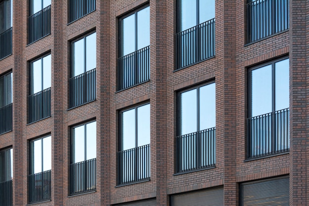 Loft en briques rouges avec grandes fenêtres.