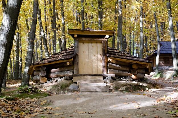 Logement temporaire en bois de montagne en transcarpatie, ukraine