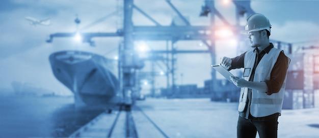 Logistique commerciale et import export le contremaître vérifie le calendrier et utilise le conteneur de chargement de contrôle de tablette