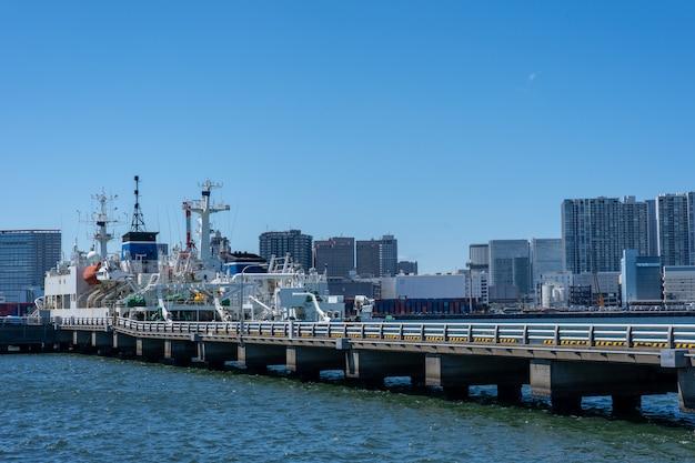 Logistique industrielle au bord de la mer.