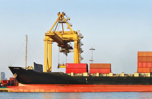 Logistique industrielle et transport de camions dans la cour à conteneurs pour les activités de logistique et de fret dans le port d'expédition