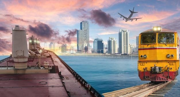 Logistique et transport de cargo, train, exportation d'avion à l'arrière-plan de la ville