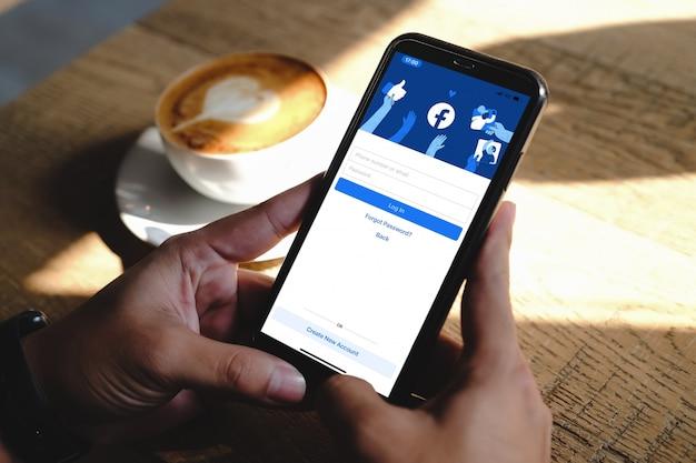 Logo de l'application facebook sur la connexion, page d'inscription sur l'écran de l'application mobile
