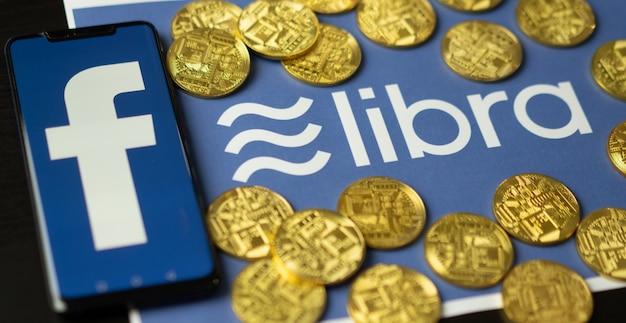 Logo facebook et balance, nouvelle monnaie électronique.