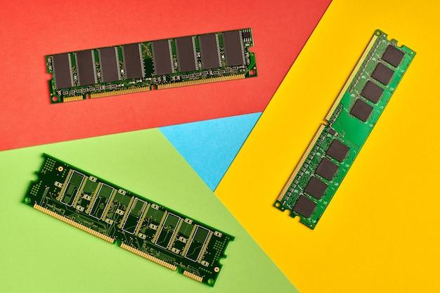 Logo de navigateur populaire en papier. utilisation élevée de la mémoire. couleurs rouges, jaunes, vertes et bleues. logo coloré et lumineux