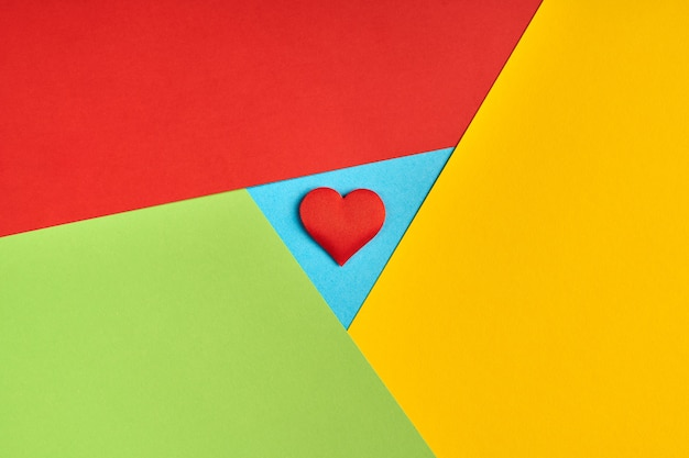 Logo de navigateur préféré sur papier. couleurs rouges, jaunes, vertes et bleues. logo coloré et lumineux avec coeur rouge.