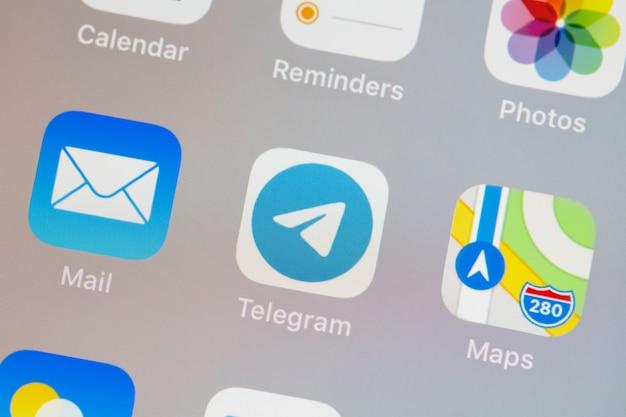 Logo de télégramme sur le gros plan du smartphone à l'écran
