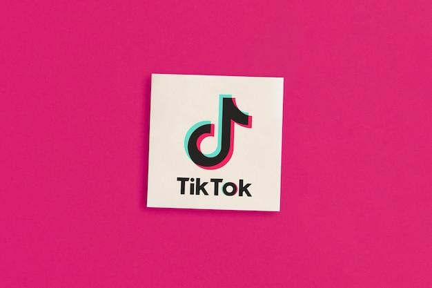 Logo tik tok sur fond rose