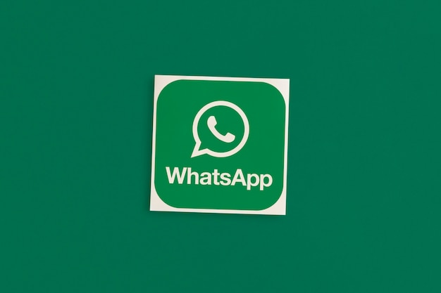 Logo whatsapp sur fond rose
