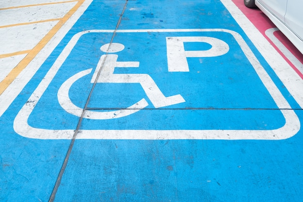 Logos pour handicapés sur le parking. signe de place de parking handicap