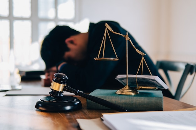Loi balance, juge marteau et argent liquide sur la photo de concept de table et l'homme