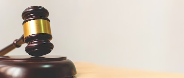 Loi et justice, concept de légalité, le juge gavel sur une table en bois