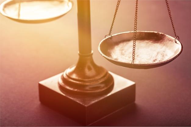 La loi pèse la balance des justiciers pesant le litige d'un ancien avocat