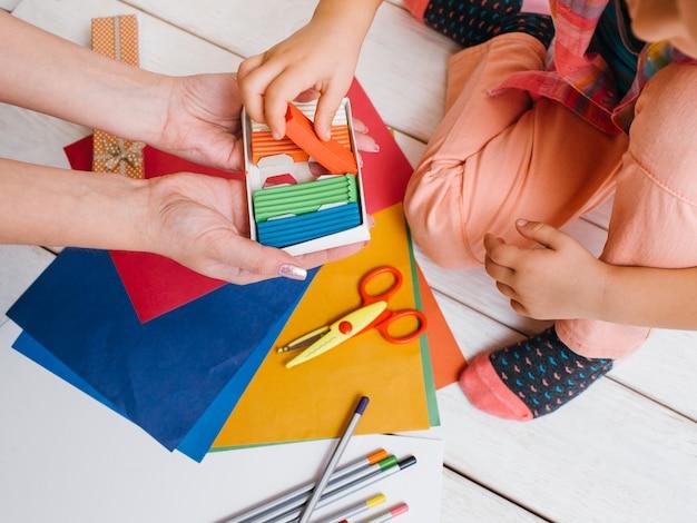 Loisirs créatifs mère et fille. fille choisissant la pâte à modeler