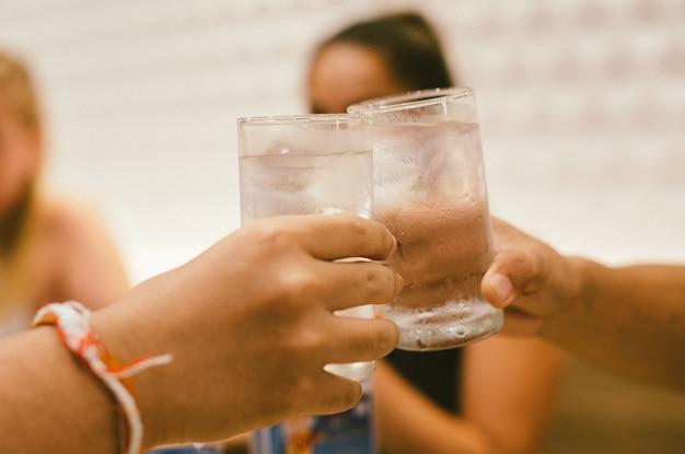 Loisirs, vacances, manger, personnes et concept de nourriture - amis en train de dîner au restaurant et de boire des boissons