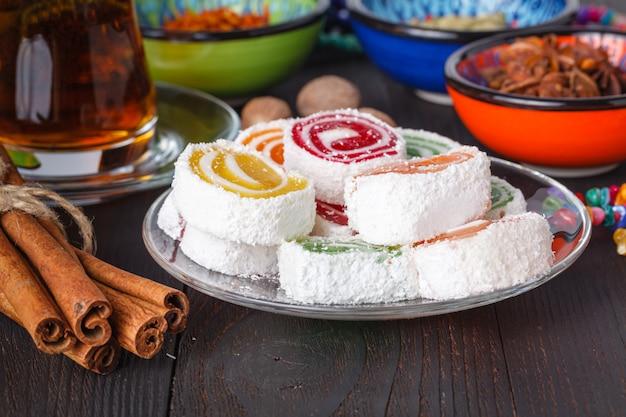 Lokum avec thé et bonbons traditionnels sur table