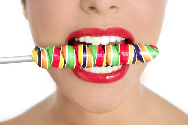 Lollypop coloré dans les dents d'une femme parfaite