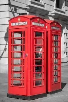 Londres, cabine téléphonique rouge traditionnelle.