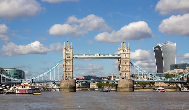 Londres, la capitale de l'angleterre et du royaume-uni, est une ville du 21ème siècle avec une histoire remontant à l'époque romaine