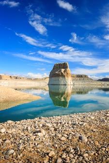 Lone rock au paysage vertical du lac powell