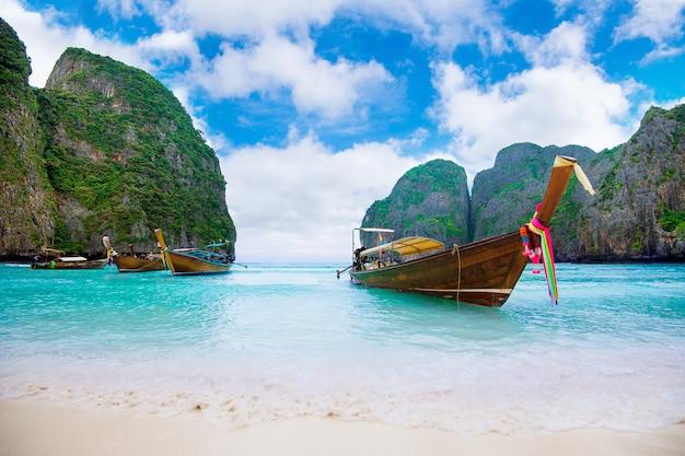 Long bateau et eau bleue à maya bay dans l'île de phi phi, krabi en thaïlande.