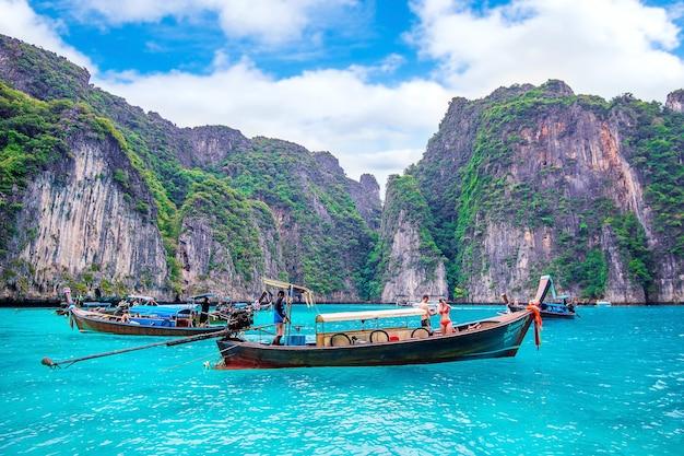 Long bateau et touriste à maya bay sur l'île de phi phi. photo prise le 1 décembre 2016 à krabi, thaïlande.