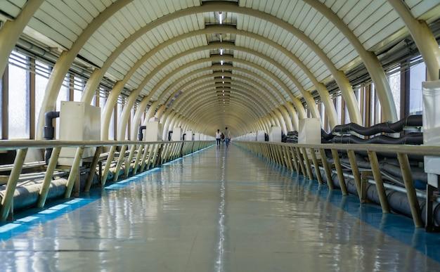 Long couloir de raccordement des bâtiments de l'aéroport.