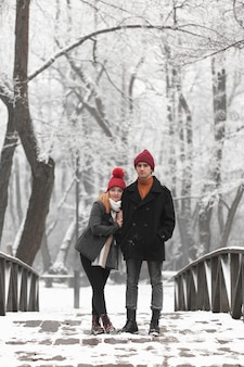 Long coup de couple debout sur un pont