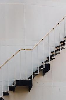 Long escalier en métal sur le mur