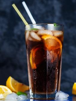Long island cocktail sur une surface sombre