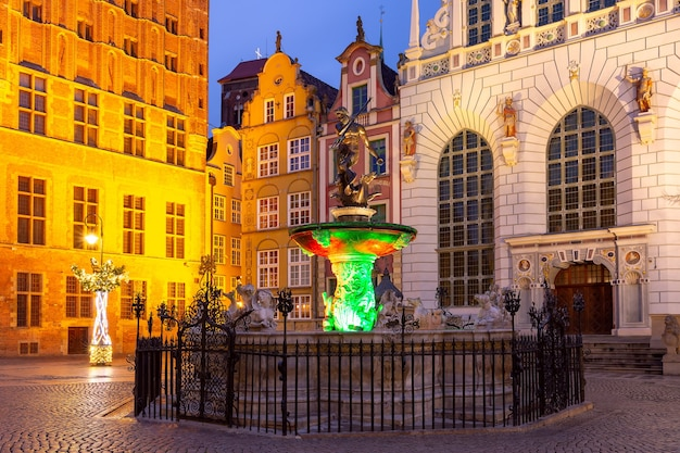 Long market street avec fontaine de neptune la nuit dans la vieille ville de gdansk, pologne
