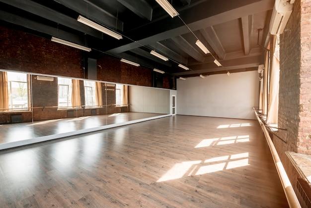 Long miroir en studio de danse