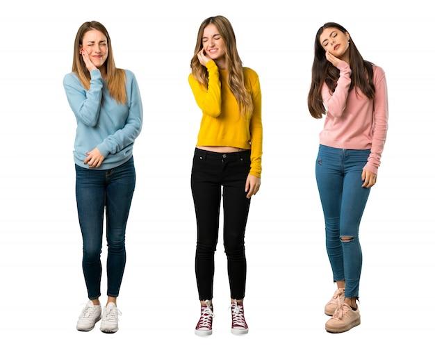 Un long plan d'un groupe de personnes avec des vêtements colorés avec mal aux dents
