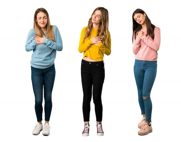 Un long plan d'un groupe de personnes avec des vêtements colorés qui souffrent