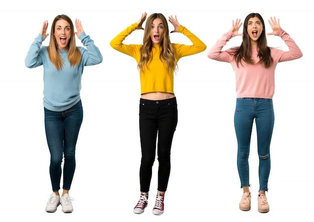 Un long plan d'un groupe de personnes avec des vêtements colorés avec surprise et choqué