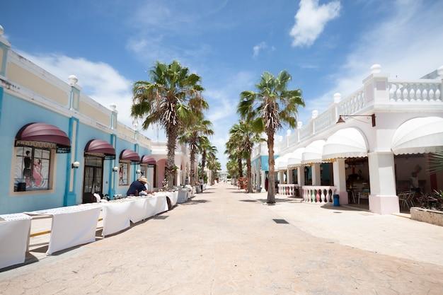 Long plan de la rue dans la station touristique tropicale