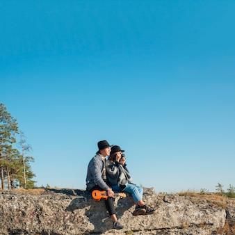Long shot adorable couple en plein air