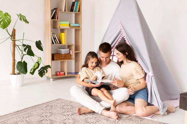 Long shot belle famille passer du temps ensemble à la maison
