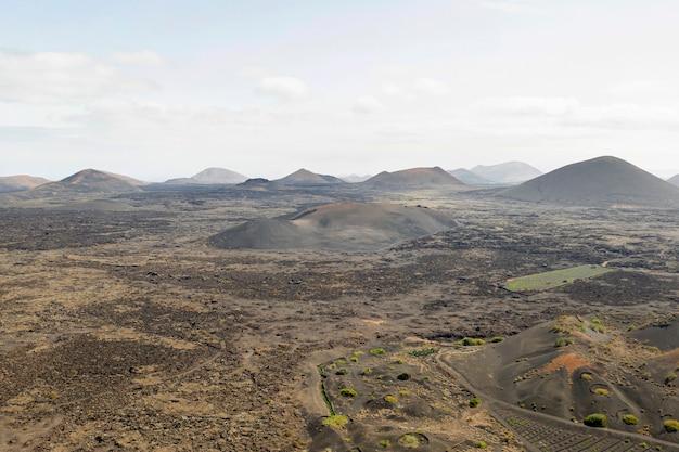 Long shot de la belle forêt et des montagnes prises par drone
