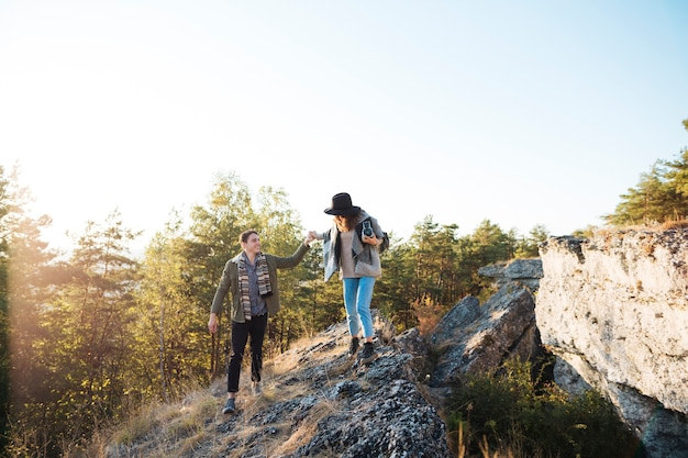 Long shot couple adulte dans les montagnes