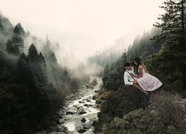 Long shot couple lévitant dans la nature