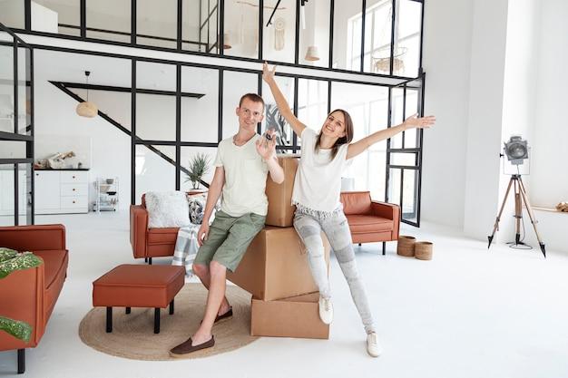 Long shot couple tenant une clé pour leur nouvelle maison